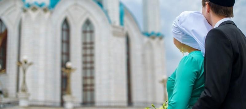 Девушка и мужчина татары на фоне мечети кул шариф